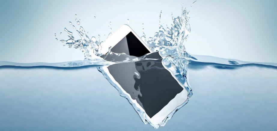 como arreglar teléfono móvil mojado